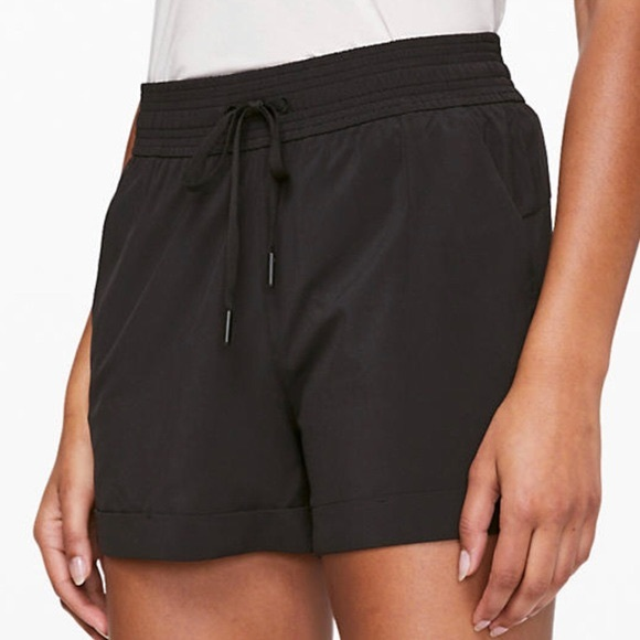 Lululemon Spring Breakaway Shorts Size 6 Black